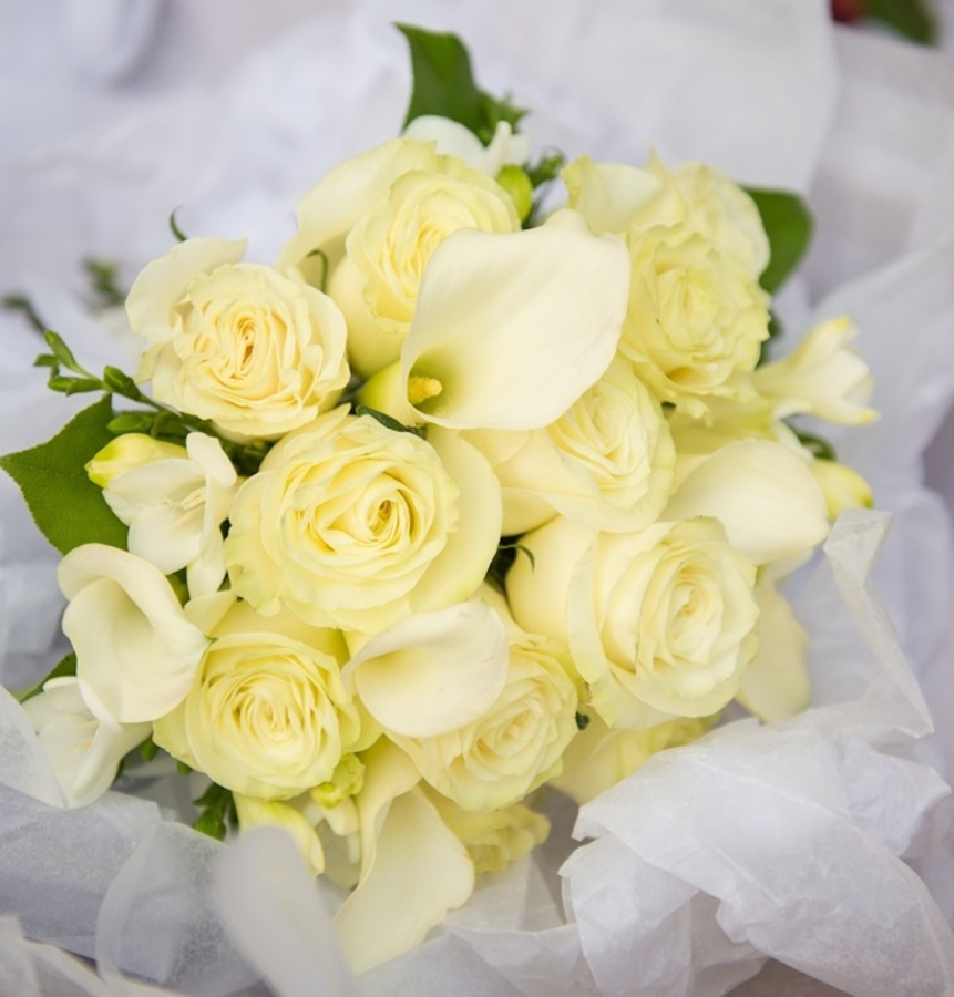 white-brides-bouquet